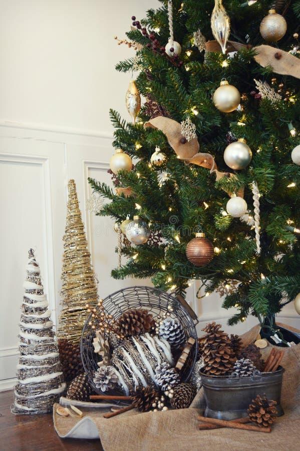 Arbre de Noël avec Pinecones images libres de droits
