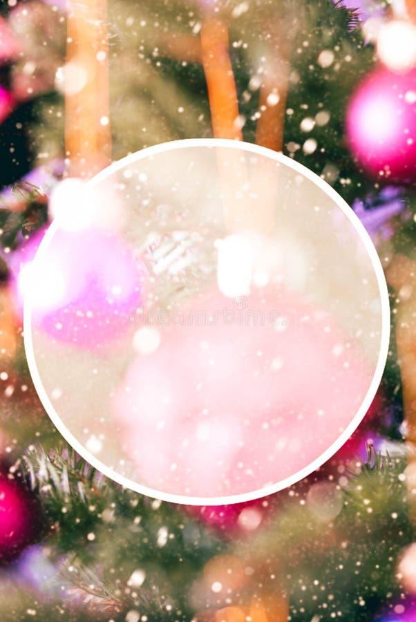 Arbre de Noël avec Rose Balls trouble, l'espace de copie, flocons de neige image libre de droits