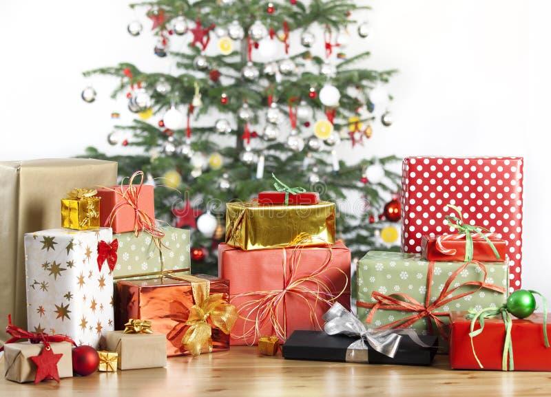 Arbre de Noël avec un bon nombre de cadeaux images stock