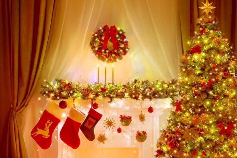 Arbre de Noël, bas et guirlande, décoration d'éclairage de vacances photos stock