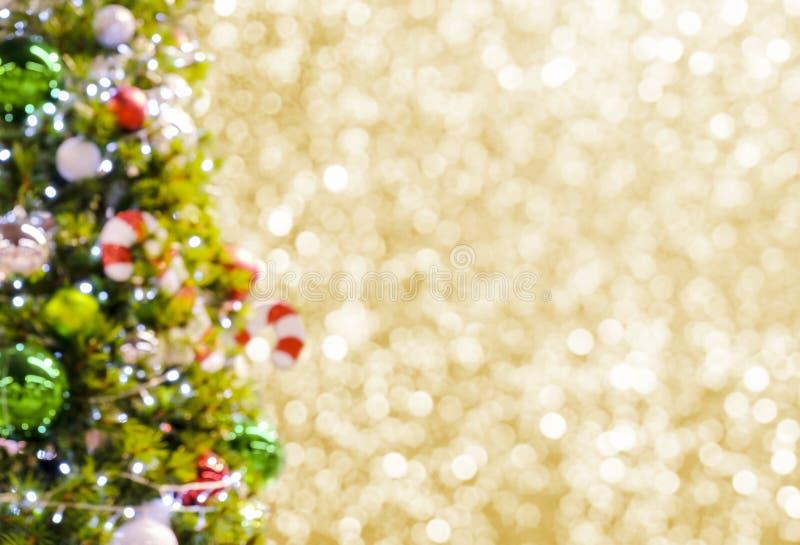 Arbre de Noël brouillé abstrait sur le fond de bokeh d'or photographie stock libre de droits