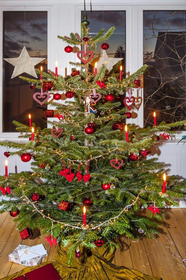 Arbre de Noël décoré à la maison image stock
