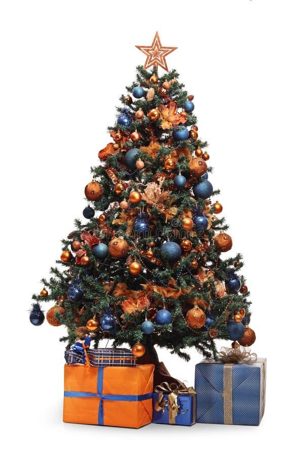 Arbre de Noël décoré avec des présents dessous photo stock