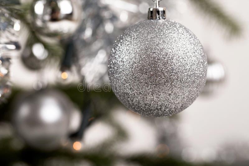 Arbre de Noël décoré avec les boules argentées image stock
