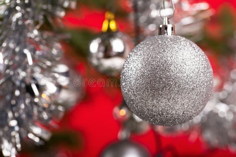 Arbre de Noël décoré avec les boules argentées photographie stock