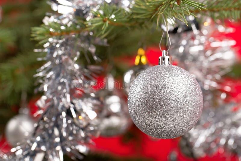 Arbre de Noël décoré avec les boules argentées photographie stock libre de droits