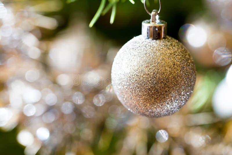 Arbre de Noël décoré avec les boules argentées photos libres de droits