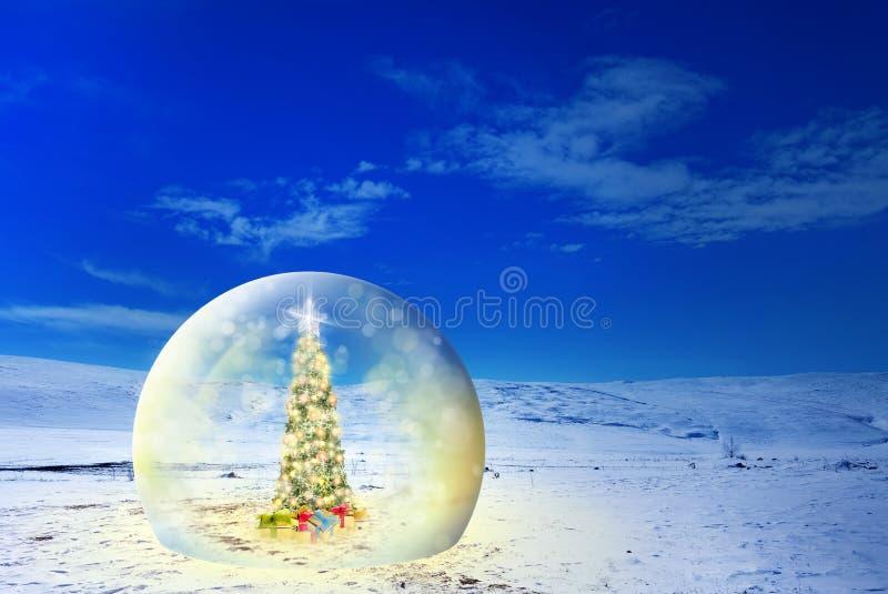 Arbre de Noël décoré avec les lumières et les ornements colorés dans g photos stock