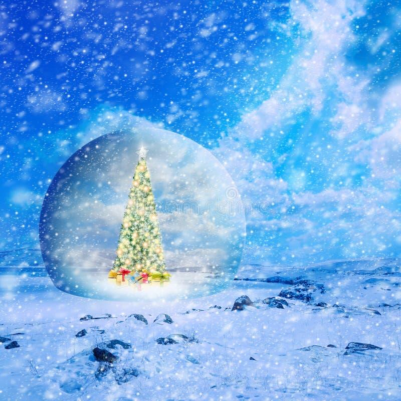 Arbre de Noël décoré avec les lumières et les ornements colorés dans g photo libre de droits