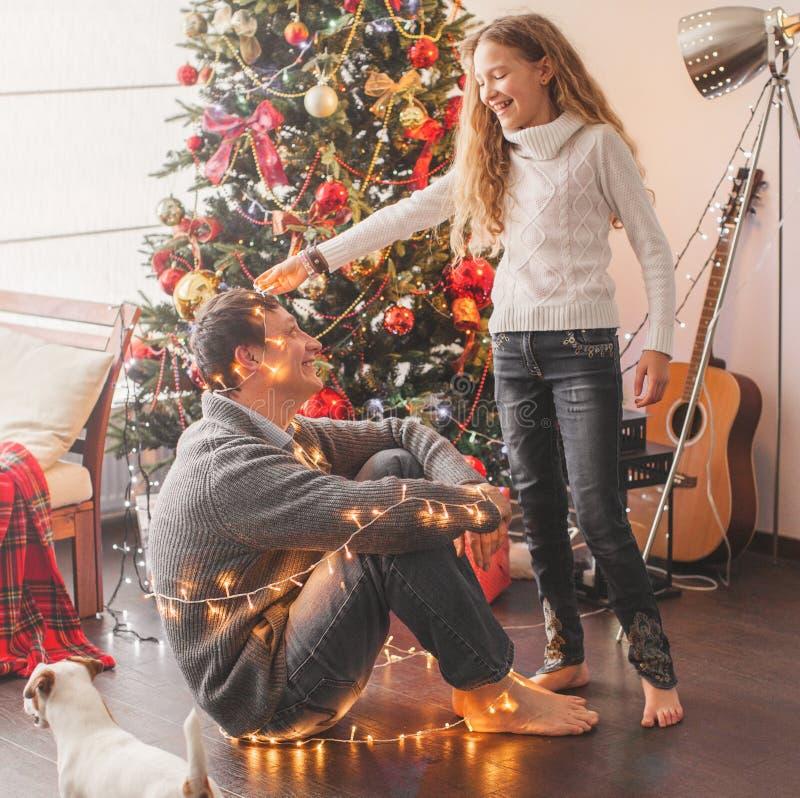 Arbre de Noël décoré en famille images libres de droits