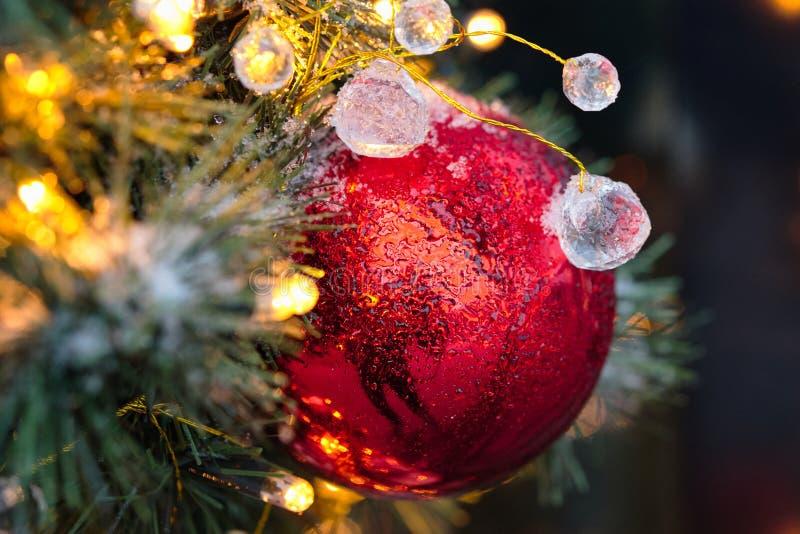 Arbre de Noël décoré Jouets sur l'arbre de Noël image stock