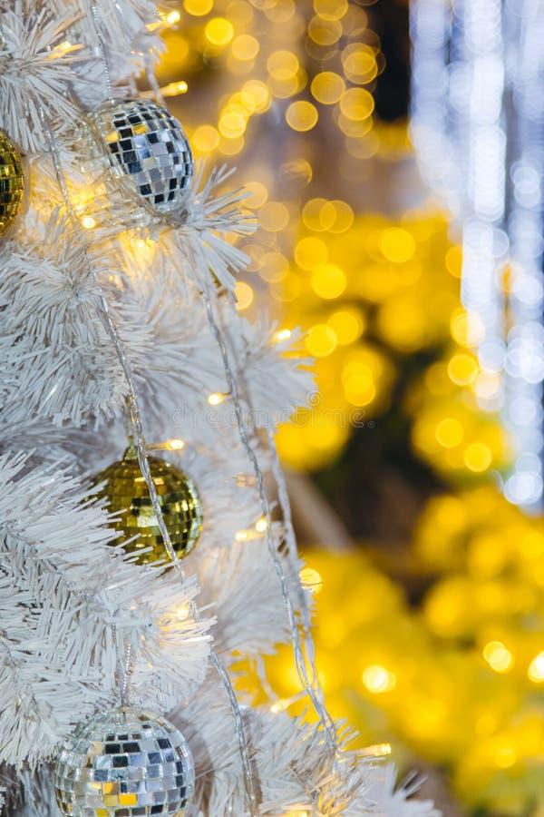 Arbre de Noël décoré de la boule de disco de miroir photo stock