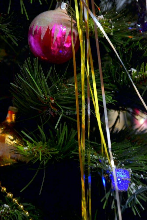 Arbre de Noël décoré de la boule et de la tresse image libre de droits