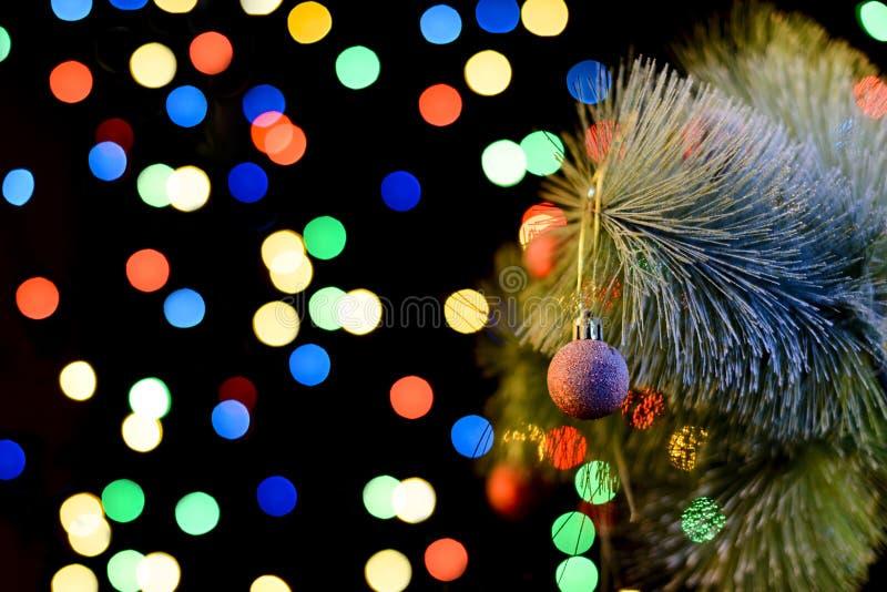 Arbre de Noël décoré, scintillement et fond féerique avec l'espace de copie Le fond de nouvelle année avec l'endroit de texte lib images libres de droits