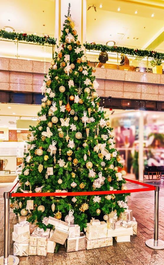Arbre de Noël décoré situé dans le centre du Galerija Centrs sur le marché de Noël de l'hiver Riga en Lettonie images stock