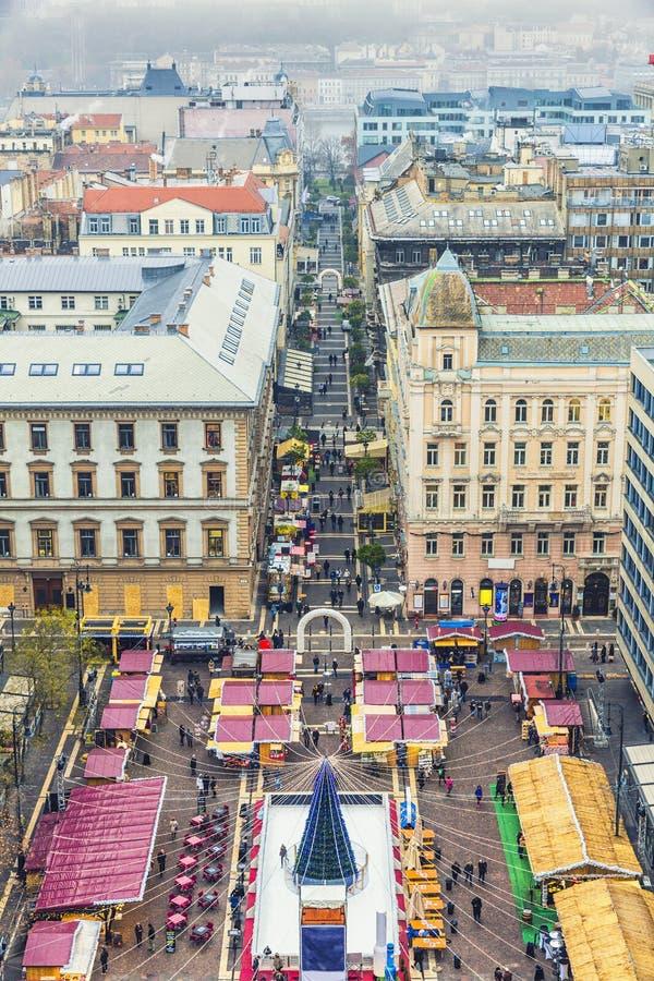 Arbre de Noël dans la place de basilique du ` s de St Stephen, Budapest, Hunga photographie stock libre de droits