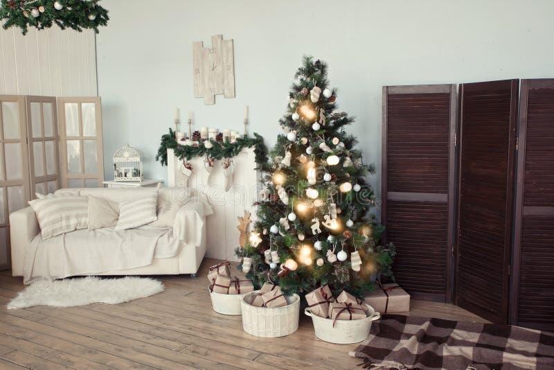 Arbre de Noël dans la salle de séjour photo stock