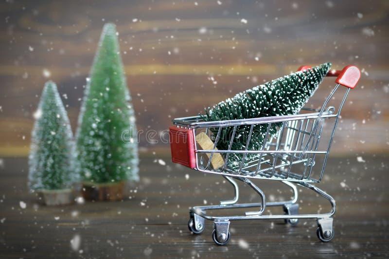 Arbre de Noël dans le caddie images libres de droits