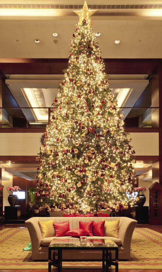 Arbre de Noël dans le lobby photos libres de droits