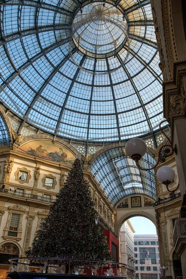 Arbre de Noël dans le puits Vittorio Emanuele de Milan II photographie stock libre de droits