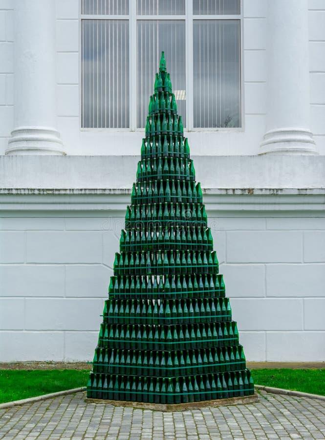 Arbre de Noël des bouteilles de vin en verre vertes contre un mur blanc, Abrau-Durso photos stock
