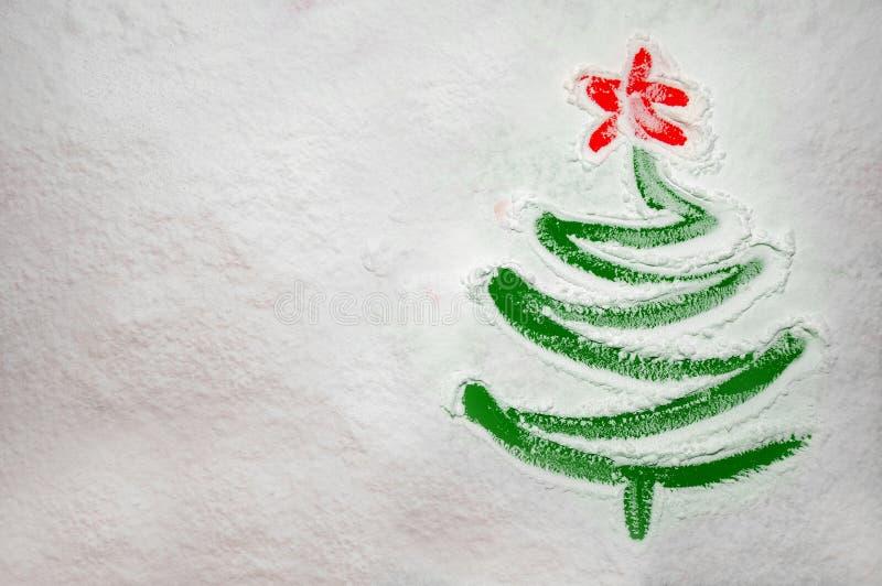 Arbre de Noël dessiné sur la farine dispersée sur le fond vert Concept minimal de vacances images stock