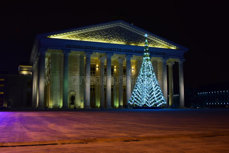 Arbre de Noël devant le nouveau théâtre d'opéra à Astana images stock