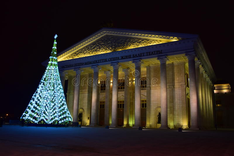 Arbre de Noël devant le nouveau théâtre d'opéra à Astana photos libres de droits
