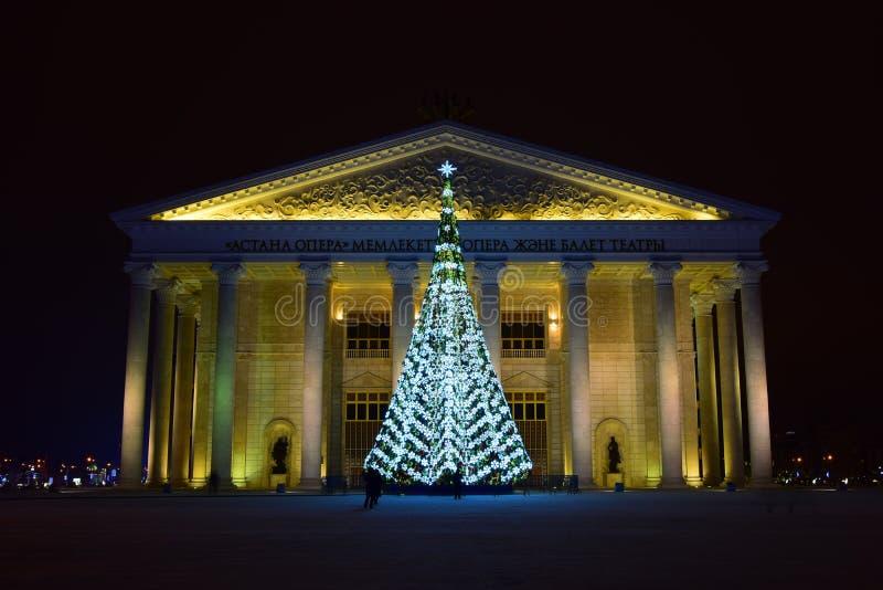 Arbre de Noël devant le nouveau théâtre d'opéra à Astana photos stock