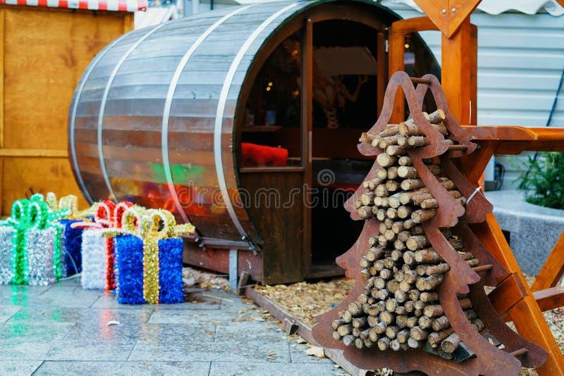 Arbre de Noël en bois au marché de Noël chez Kaiser Wilhelm Memorial Church en hiver Berlin, Allemagne Advent Fair Decoration et image stock