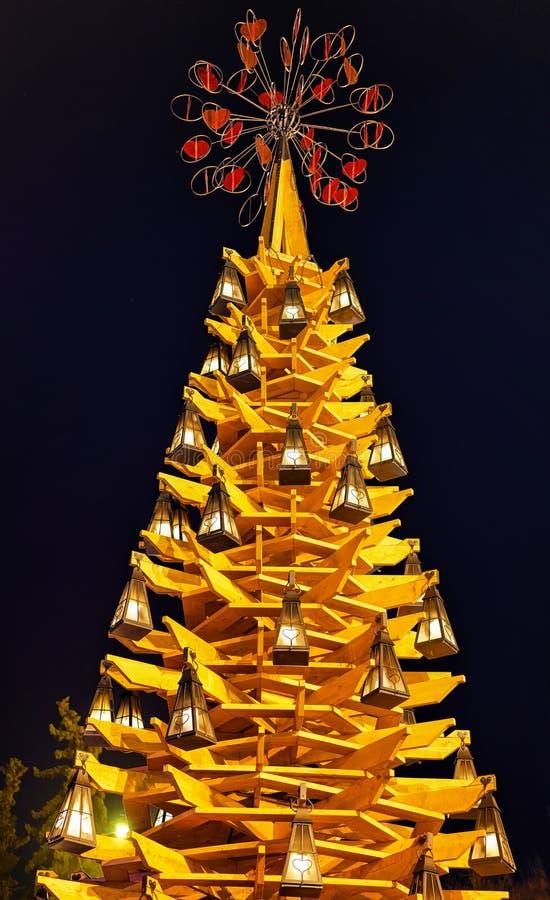 Arbre de Noël en bois la nuit au centre de Riga photo libre de droits