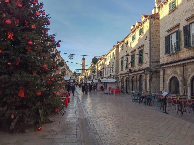 Arbre de Noël et décoration de rue dans la vieille ville de Dubrovnik, Croatie Architecture antique stupéfiante, cathédrale, plac photo stock