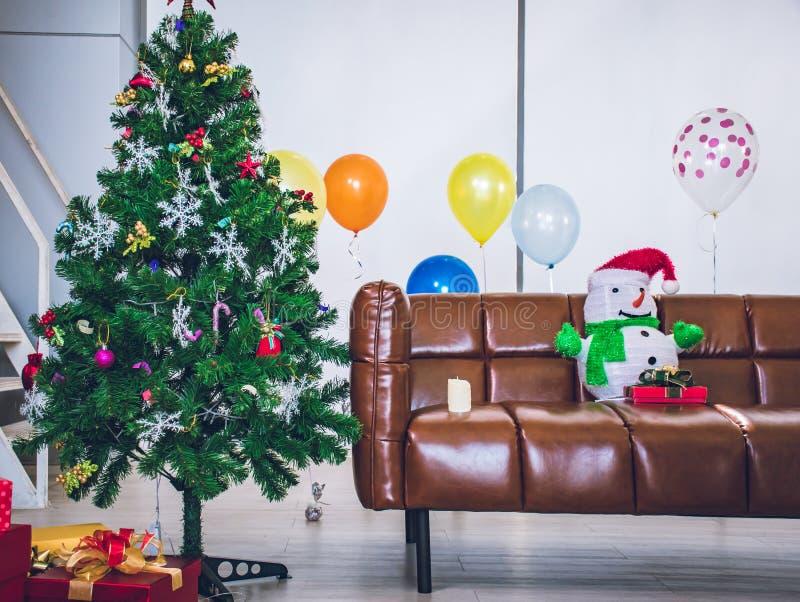 Arbre de Noël et intérieurs du nouvel an image libre de droits