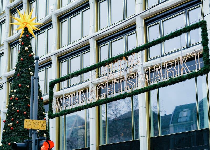 Arbre de Noël et marché de Noël chez Kaiser Wilhelm Memorial Church en hiver Berlin, en Allemagne Advent Fair Decoration et photo libre de droits