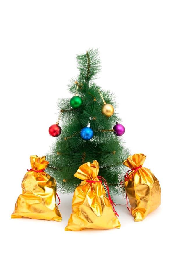 Arbre de Noël et sacs d'or images stock