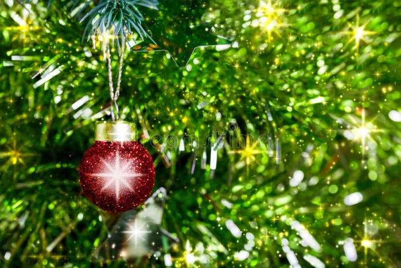 Arbre de Noël et un fond rouge de boule photos stock