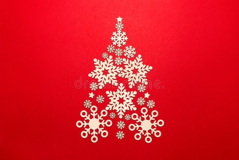 Arbre de Noël fait de flocons de neige sur un fond rouge images libres de droits