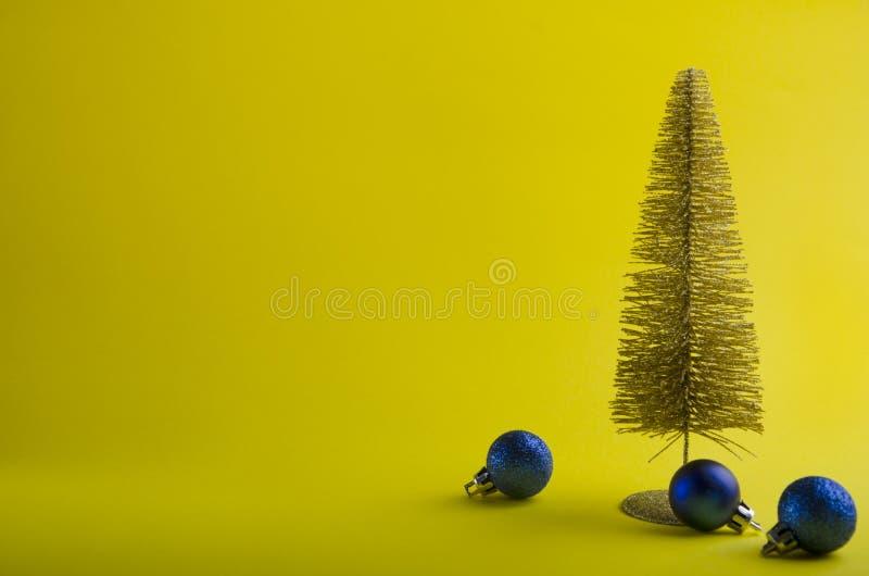 Arbre de Noël jaune élégant sur le fond coloré photos libres de droits