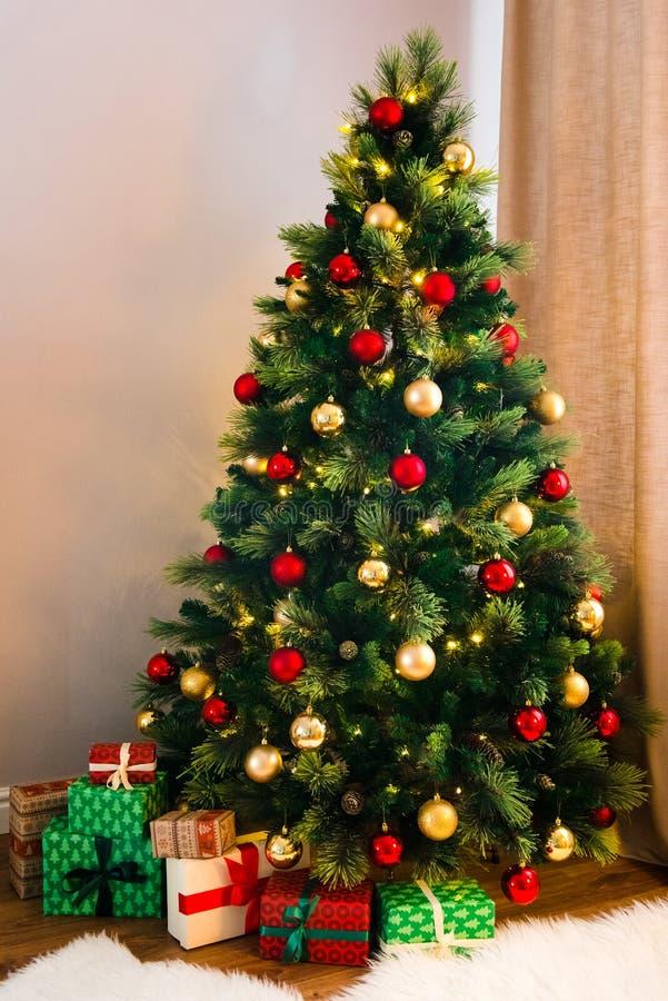 Arbre de Noël merveilleux décoré images stock