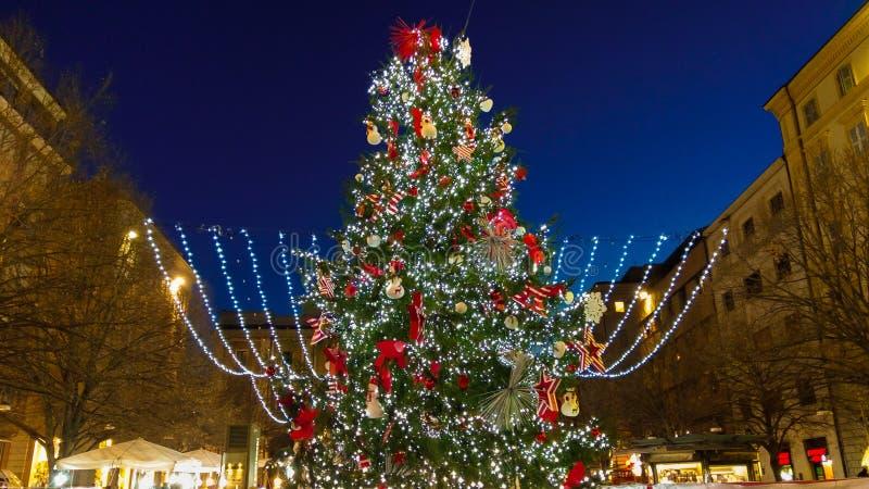 Arbre de Noël merveilleux et grand dans la place de Pertini région d'Ancona, Marche, Italie photo libre de droits