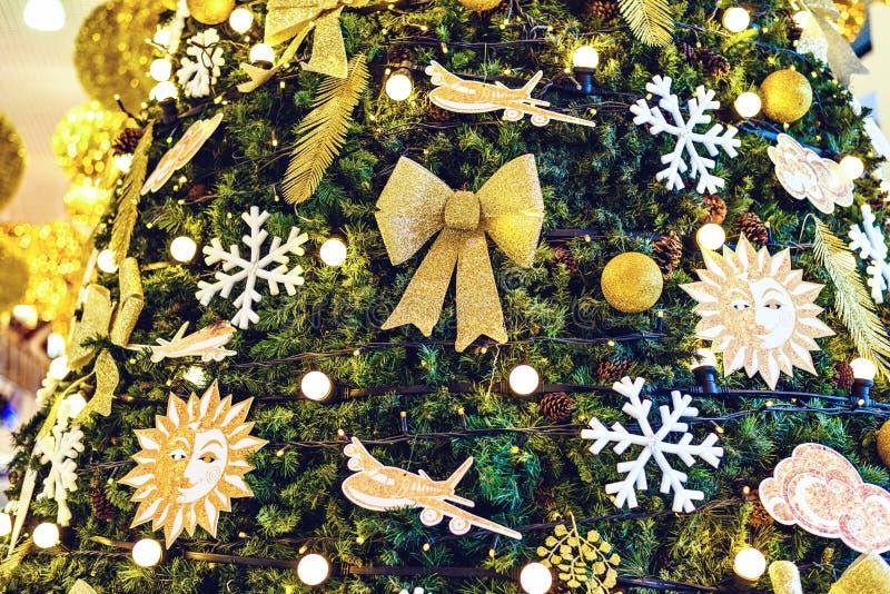 Arbre de Noël ornementé à l'intérieur d'aéroport de Chisinau photo libre de droits