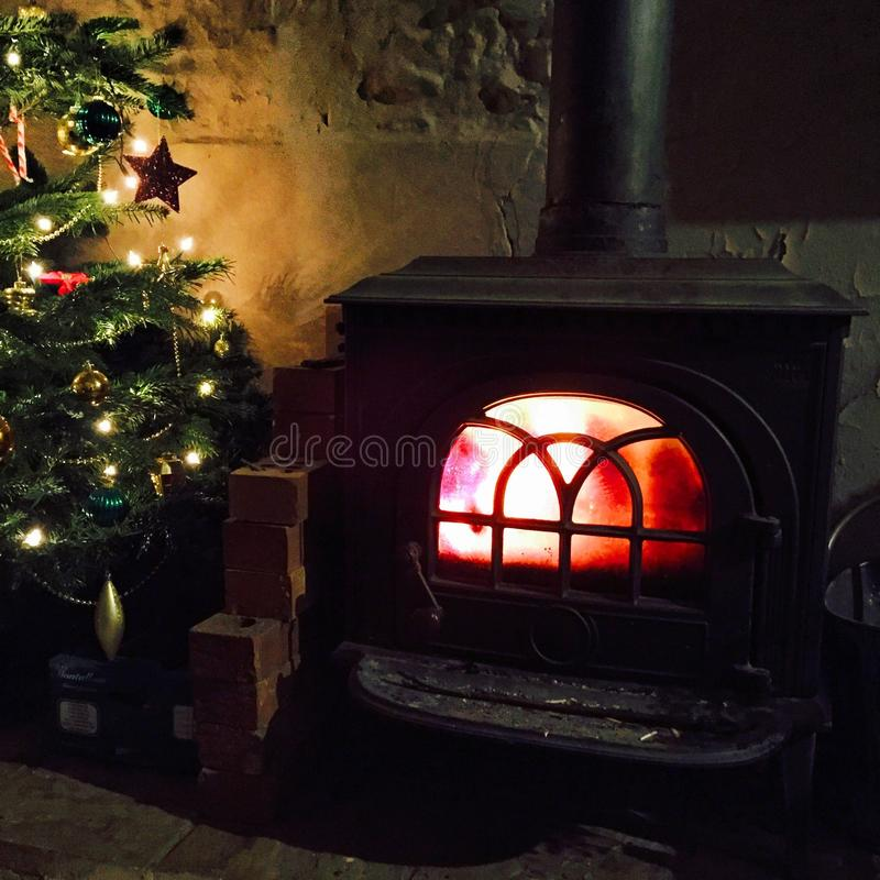 Arbre de Noël par le feu photo stock