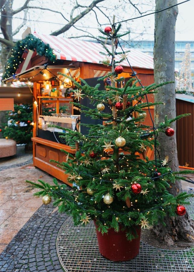 Arbre de Noël près de marché chez Kaiser Wilhelm Memorial Church en hiver Berlin, Allemagne Advent Fair Decoration et stalles ave photos libres de droits