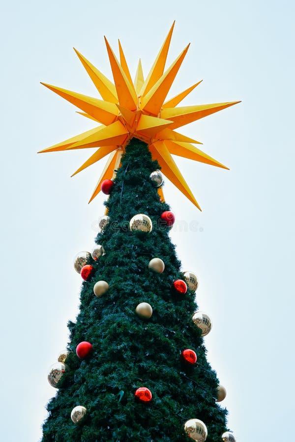 Arbre de Noël près de marché chez Kaiser Wilhelm Memorial Church en hiver Berlin, Allemagne Advent Fair Decoration et stalles ave image stock