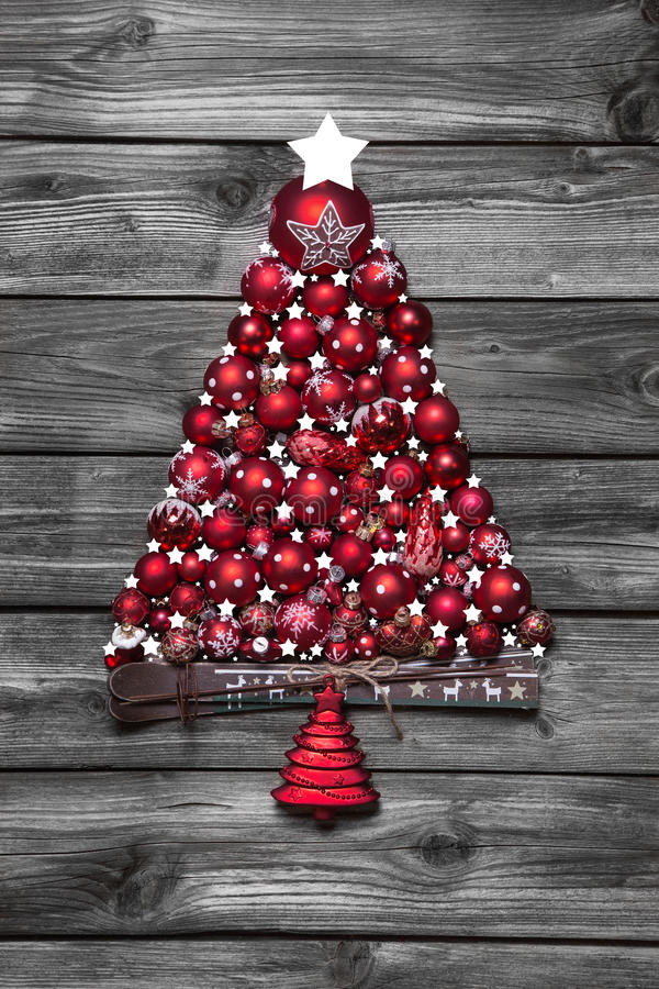 Arbre de Noël rouge avec des boules sur le vieux fond minable en bois photos libres de droits