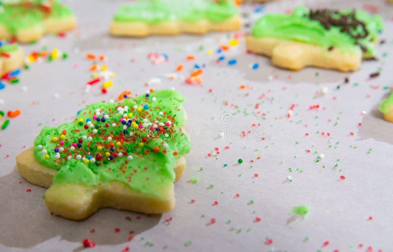 Arbre de Noël Sugar Cookings étant décoré images libres de droits