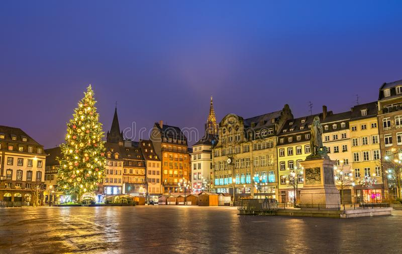 Arbre de Noël sur l'endroit Kleber à Strasbourg, France photographie stock libre de droits