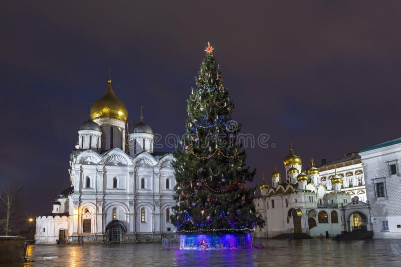 Arbre de Noël sur la place de cathédrale à Moscou Kremli photos stock