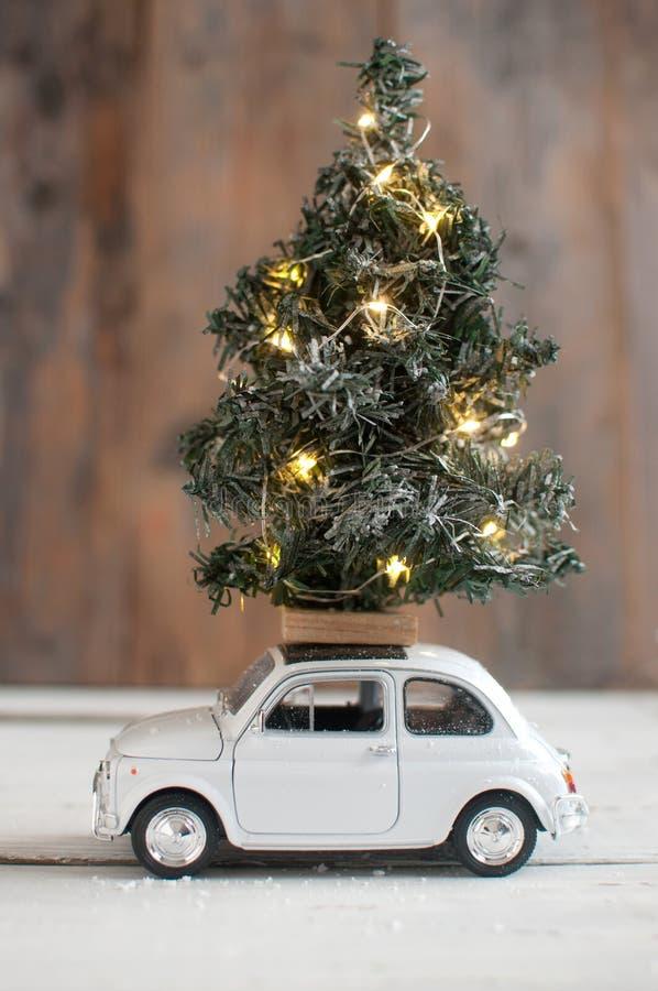 Arbre de Noël sur la voiture de jouet photo stock