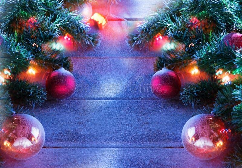 Arbre de Noël sur le dos en bois de neige image libre de droits